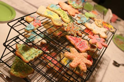 Fomos enchendo a grade de secar os cookies com os biscoitos prontos, pro glacê secar