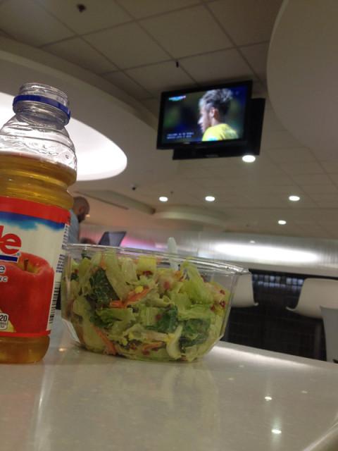 Comendo e assistindo o jogo do Brasil na Copa do Mundo