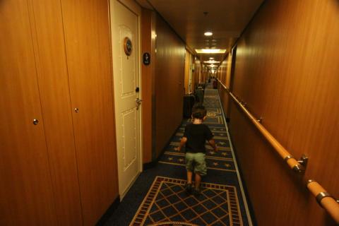 Corredor no Disney Dream no primeiro dia, quando as malas são entregues