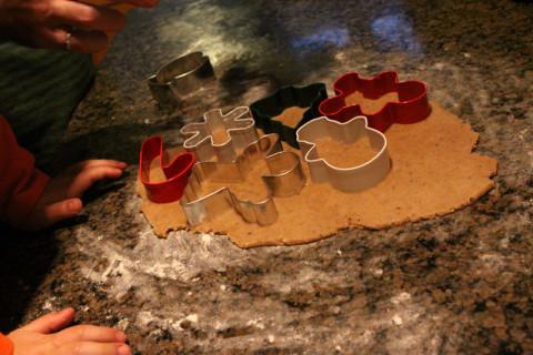 Cortando os cookies com os cortadores de Natal