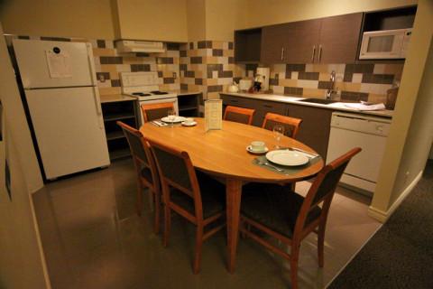 A cozinha é ótima, tem todos os eletrodomésticos, panelas e utensílios