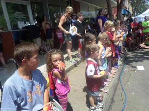 As crianças numa competição do Peach Festival