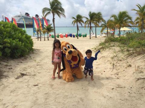 As crianças com o Pateta em Castaway Cay