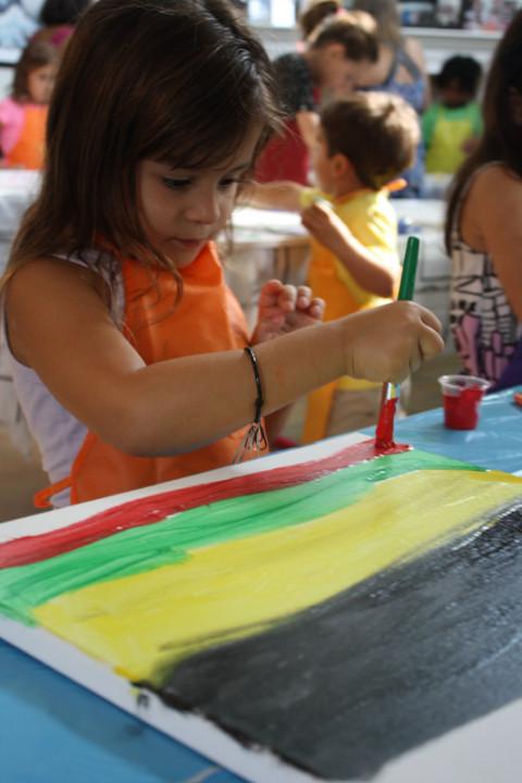 Criançada pintando
