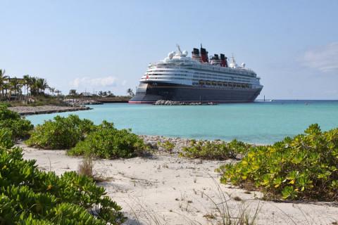 O Disney Magic parado em Castaway Cay, a ilha da Disney nas Bahamas