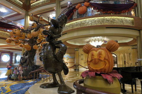 O Disney Dream decorado para o cruzeiro de Halloween
