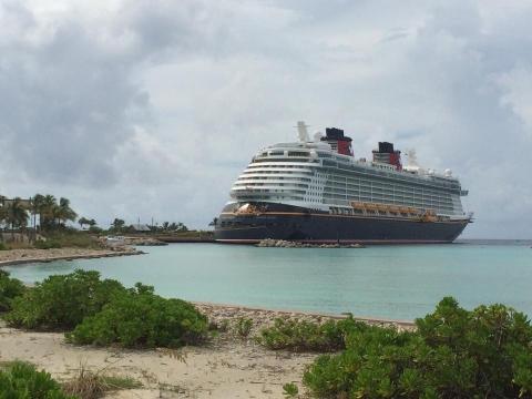 O Disney Dream ancorado em Castaway Cay, a ilha da Disney