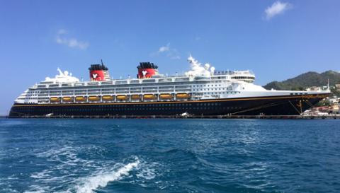 O Disney Wonder parado no porto em Grenada