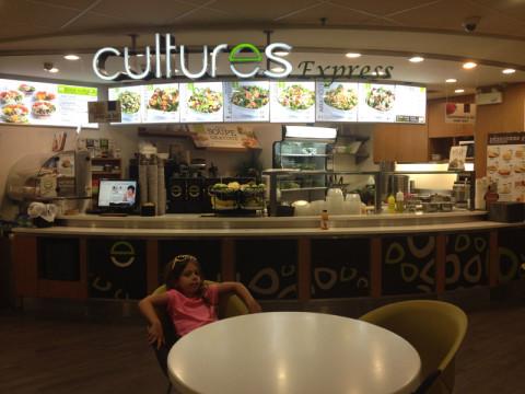 Esse restaurante Cultures tem saladas diversas, gostei