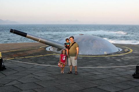 Julia, Gabe e Eric conferindo os canhões da cúpula