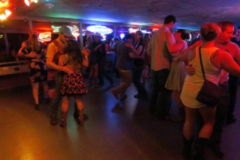O dance hall fervendo no sábado a noite