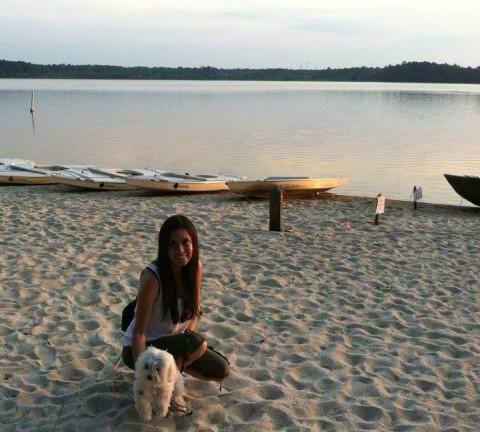 Débora e uma praia no lago que fica perto da sua casa