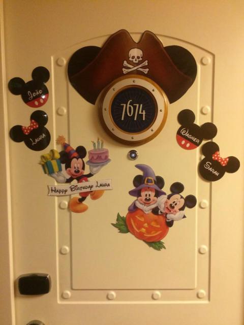 Porta da nossa cabine no Disney Dream, a Lu Misura fez os enfeites