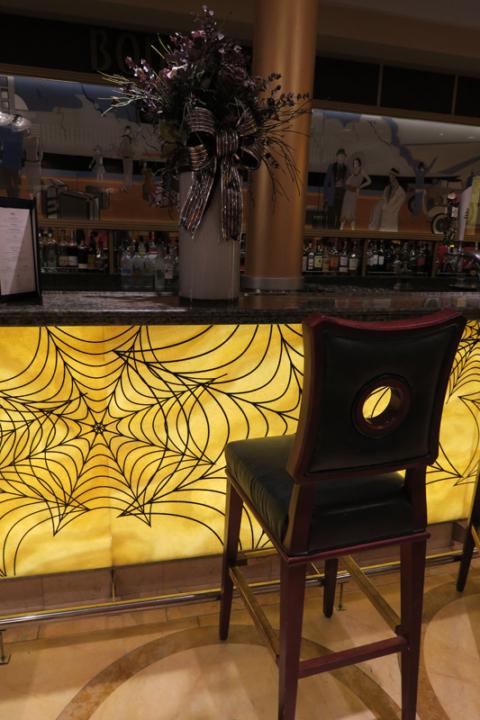 A decoração de Halloween no bar Bon Voyage