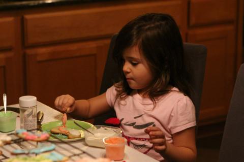 Natália decorando seu cookie de Natal