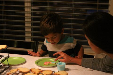 Eu e Eric decorando o primeiro cookie de Natal