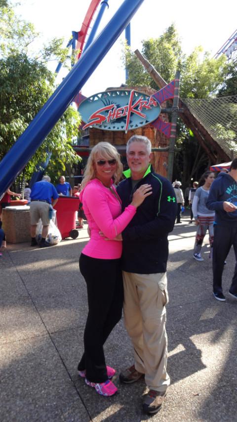 Eu e Pete em frente a Sheikra no Busch Gardens