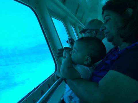 Nicholas e minha sogra no barco nas ilhas Cayman