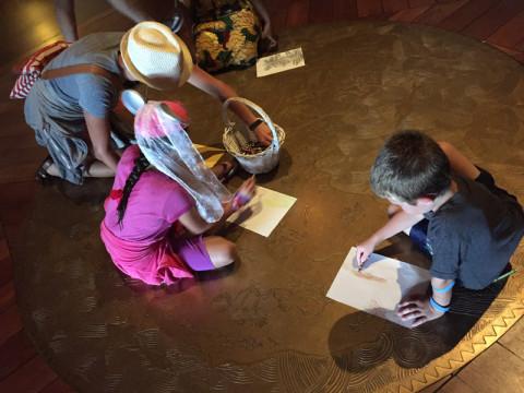 Crianças desenhando no lobby
