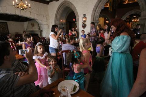 As crianças no desfile com as princesas