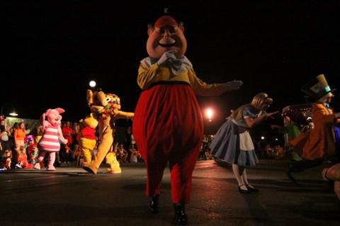 Primeiro vieram alguns personagens clássicos dançando e cumprimentando todo mundo...