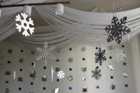 Detalhe do teto com os flocos de neve pendurados, vão virar enfeites pra nossa árvore de Natal :-)