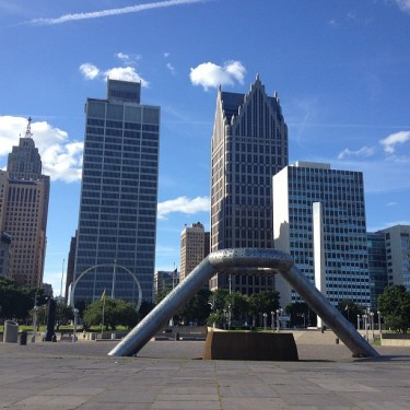Downtown Detroit visto da Hart Plaza. Essa praça é vazia assim mesmo, porque só vai pra lá quem é turista ou pra algum evento, é fora de mão pra quem está andando na cidade a trabalho