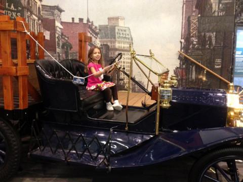 Julia posando em um Ford Model T na exposição