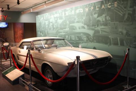 Este Mustang está bem na entrada da exposição