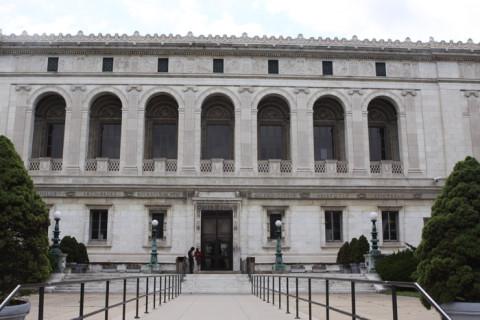 Fachada da Detroit Public Library, em frente ao DIA