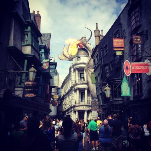 O dragão cuspindo fogo em Diagon Alley