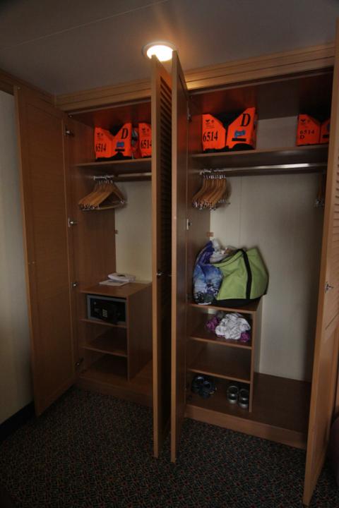O closet aberto, nessa cabine as portas não são de correr como nas demais