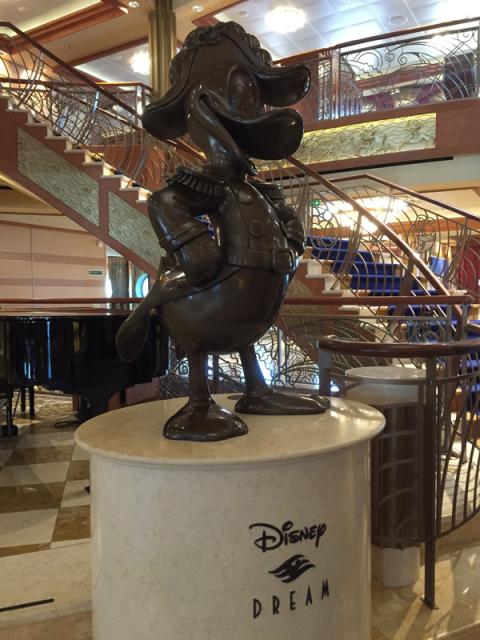 A estátua no Disney Dream é do Pato Donald. Cada navio Disney tem uma estátua diferente.