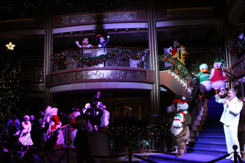 Personagens chegando na festa de Natal no Disney Dream