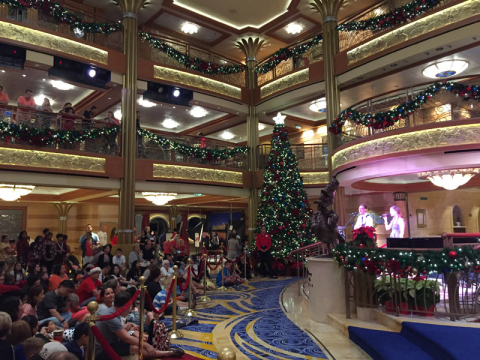 Festa de Natal no lobby do Disney Dream