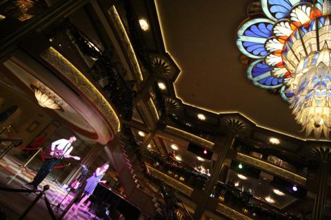 Lobby do Disney Dream: a noite sempre tem música ao vivo