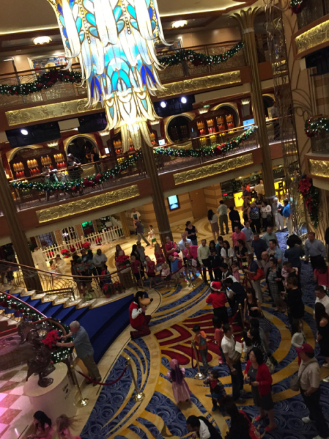 O lobby do Disney Dream decorado para o Natal