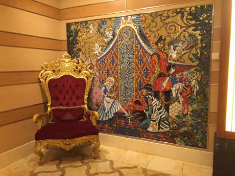 Cadeira digna de uma princesa e o mosaico da Cinderela no Disney Dream