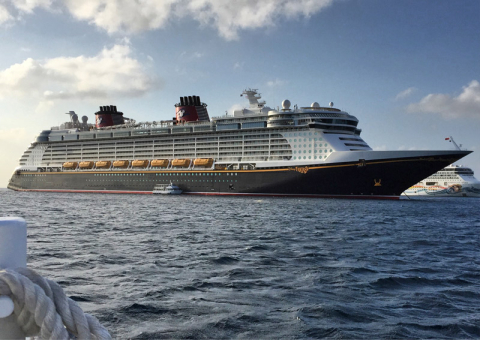 O Disney Fantasy parado em Grand Cayman