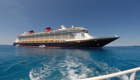 O Disney Fantasy, foto tirada do barquinho que faz o tender do navio pro porto nas Ilhas Cayman
