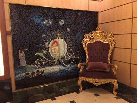 Linda cadeira com mosaico da Cinderella perto do lobby do Disney Fantasy
