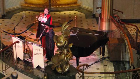 Duo de músicos tocando no lobby no dia da festa de Halloween