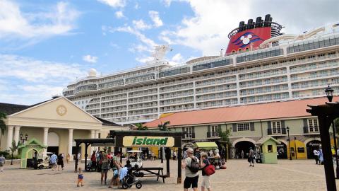 Disney Fantasy parado no porto de Falmouth, Jamaica