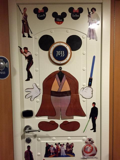 Nossa porta enfeitada com ímãs de Star Wars que eu fiz