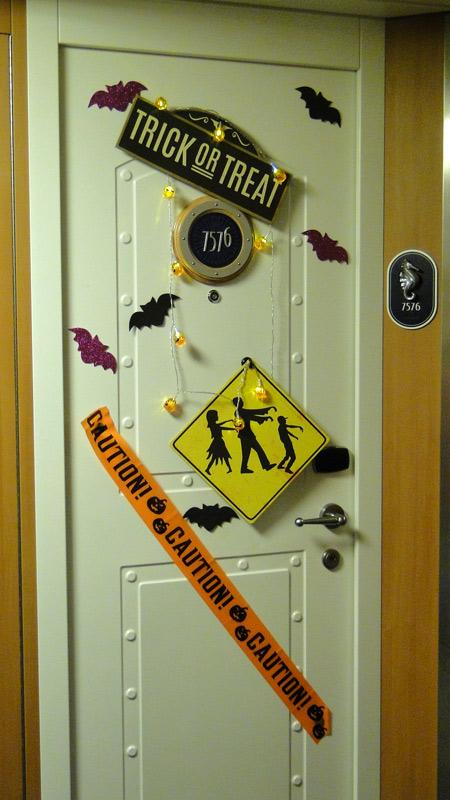 Uma porta decorada pro Halloween!