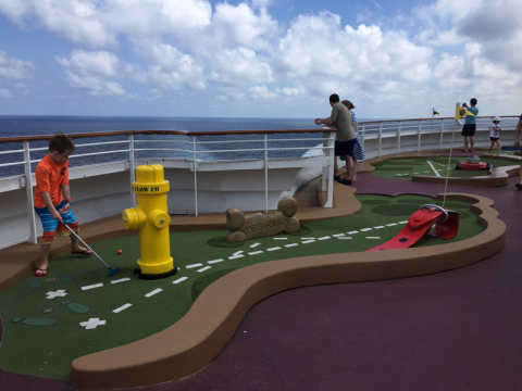 Sports Deck no Disney Fantasy, tem minigolf gratuito