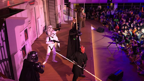 Show noturno no Star Wars day at sea