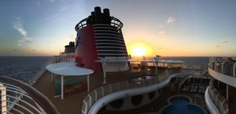 Pôr-do-sol lindo em alto mar