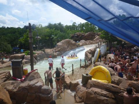Chegada de Gangplank Falls, toboágua com bóia para até 4 pessoas