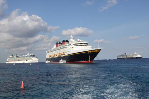 Dando tchauzinho pro Disney Magic do barco que nos levou até o porto em George Town